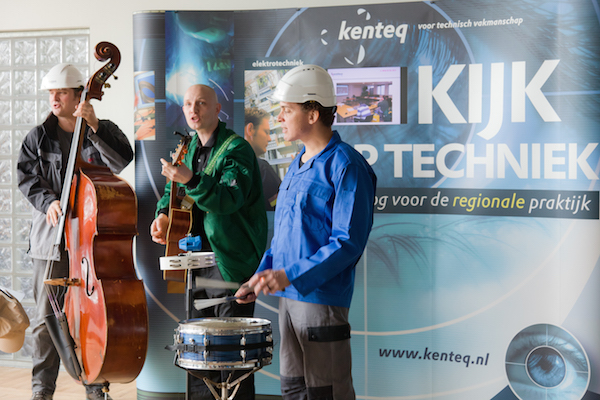 akoestische live muziek bij bedrijfsevenement band in bedrijfskleding