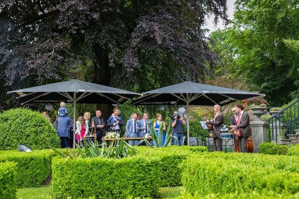 akoestische live muziek in kasteel tuin voor bruiloft receptie gasten