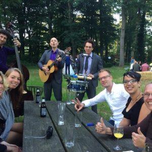 akoestische band Moon About live muziek aan tafel