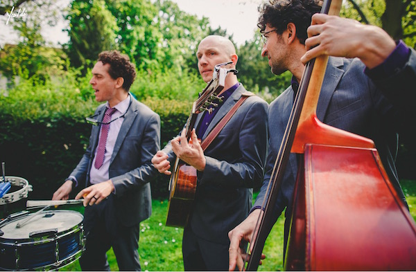 akoestische band Moon About trouwreceptie in de tuin 1